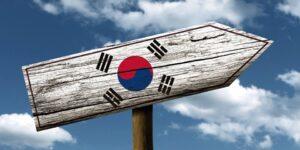 señal con forma de flecha indicando el camino a corea del sur