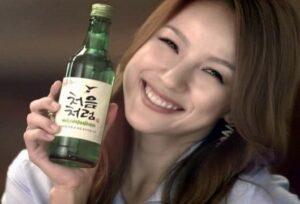 chica con botella de soju