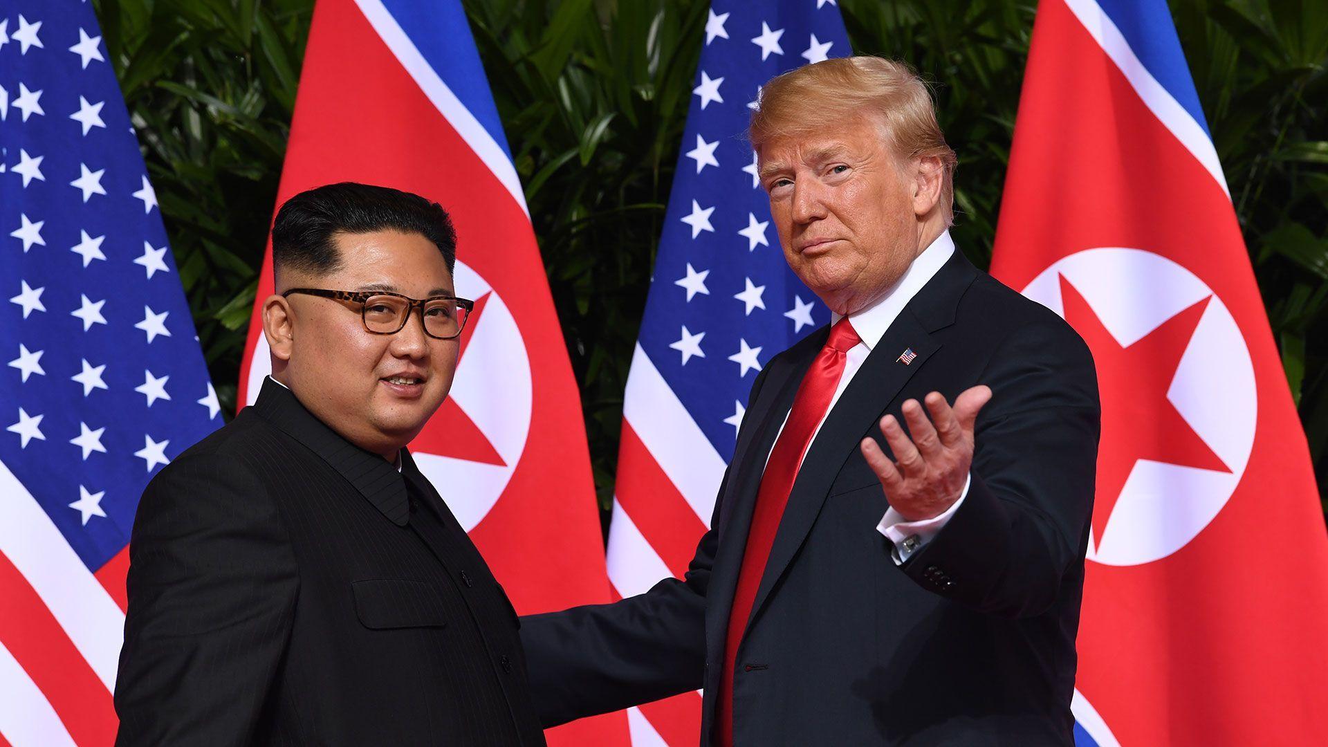 Kim jong un y Donald truump mirando a camara juntos y felices