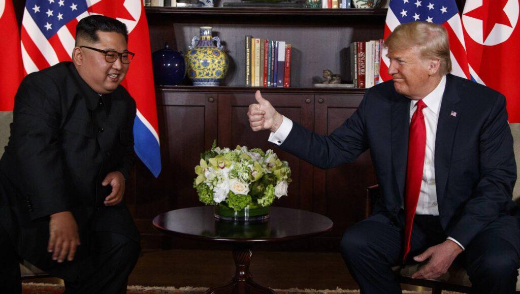 """Donald Trum haciendole el gesto de """"ok"""" a Kim Jong un en su historico encuentro."""